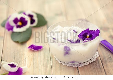 Risoto prepared with edible flowers : violet and pink rose.