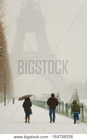 Rare Snowy Day In Paris. Misty Eiffel Tower, Champ De Mars And Lots Of Snow