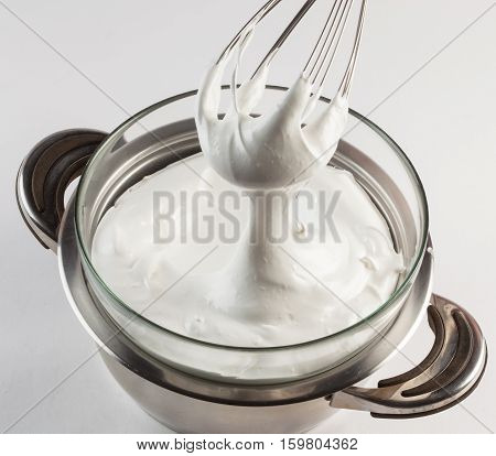 Preparation of Swiss merengue bain-marie with whisk