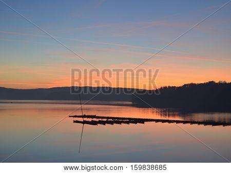 Sonnenuntergang am Möhnesee mit Anlegesteg im Herbst