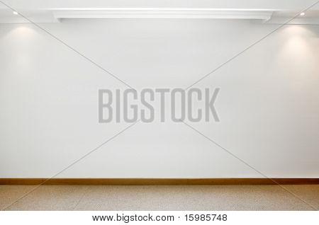 Leere weiße Wand mit 2 Strahler und Teppichboden