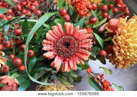 rode en gele bloemen met groene takken