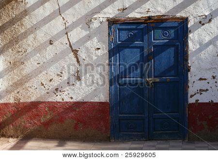 Puerta azul de una tradicional casa egipcia en la aldea de Dra Abul Naga, cerca de Luxor, Egipto