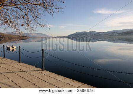 Pavimento junto al lago