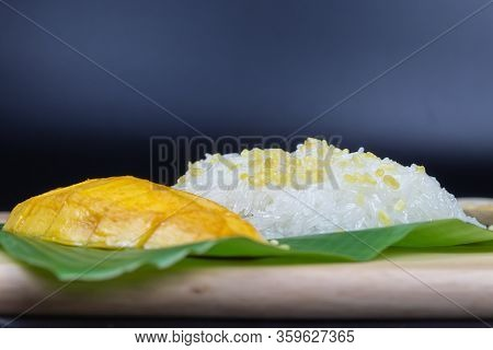 Mango With Sticky Rice, Thai Dessert. Fruit Dessert Menu,ripe Mango. Fresh Ripe Mango And Sticky Ric