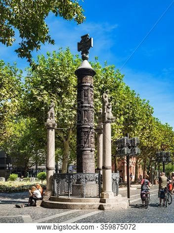 Mainz, Germany - August 12, 2018: People Walking And Enjoying View Of Nagelsaule Monument, Located N