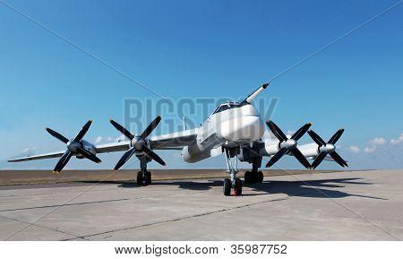 Российский стратегический бомбардировщик Ту-95