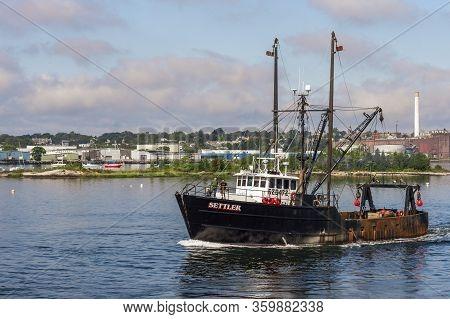 New Bedford, Massachusetts, Usa - September 15, 2018: Fishermen Talking On Deck As Scalloper Settler