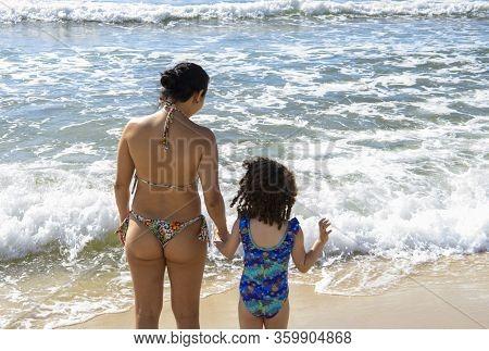 Rio De Janeiro, Brasil- March 05, 2020: Mom With Daughter On The Beach Of Copacabana