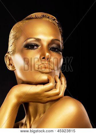 Fantasie. Gesicht gestalteten rätselhaften Frau mit Gold-Make-up. Luxus
