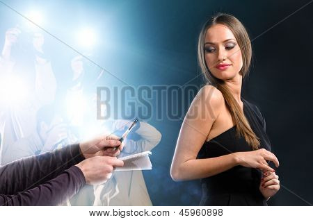 famous woman is posing for photographers on background
