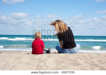 母亲和孩子在沙滩上
