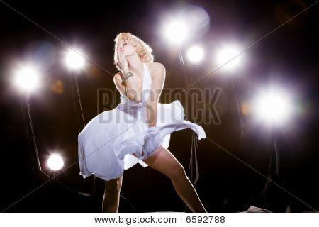 Frauen In weißen Kleid