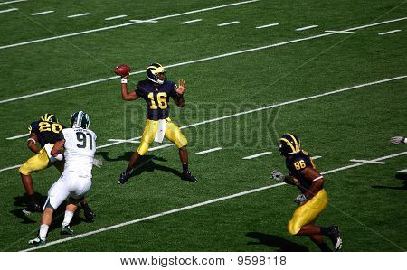 Denard Robinson Throws A Pass