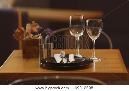 Elegant table appointments in the cafe