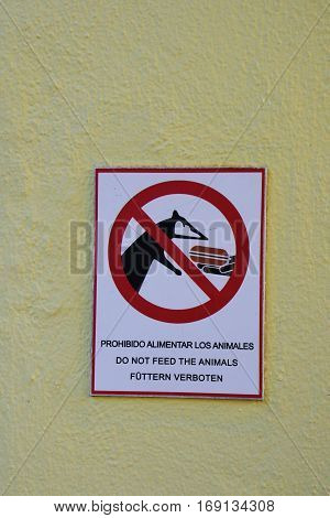 Mexican multilingual don't feed the animals sign