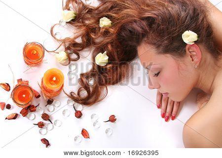 schöne langhaarige Mädchen entspannenden Spa-Salon