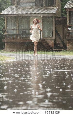 Junge Frau im Regen ohne Schirm ausgeführt