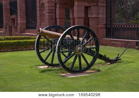 NEW DELHI, INDIA. 30 may 2009:  An old cannon at the Gate. Gate, Rashtrapati Bhavan, Rajpath, New Delhi, India