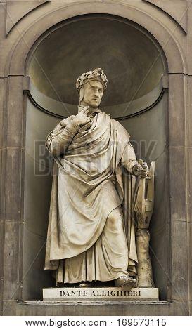 the Statue of Dante in the Uffizi gallery