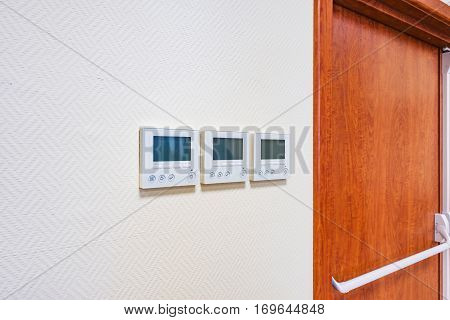 Wall display of the air temperature inside the apartment room.