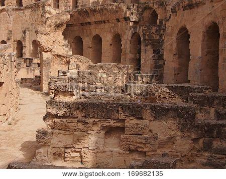 Die zerstörten Wände des Amphitheaters in Tunesien