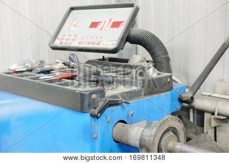 Tire machine in a tire fitting workshop