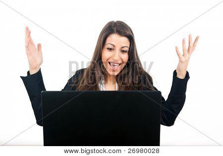 Una empresaria joven nerviosa gritando aislada sobre fondo blanco