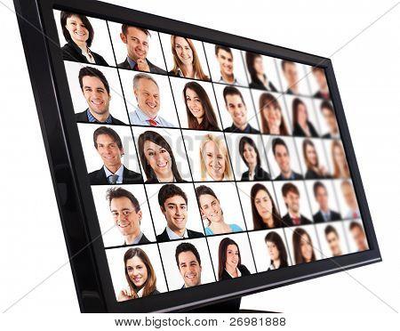 Portraits lächelnder Menschen auf einem Computermonitor