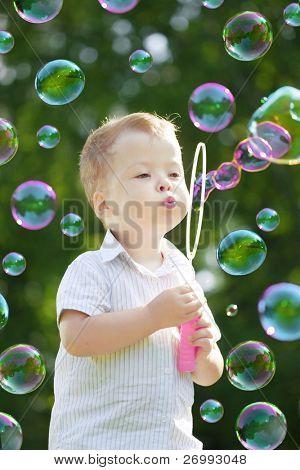 A imagem das bolhas de sopro de criança