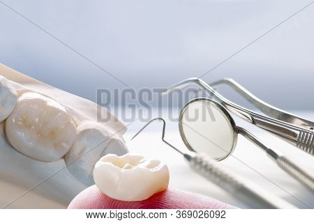 Closeup / Prosthodontics Or Prosthetic / Single Teeth Crown And Bridge Equipment Model Express Fix R