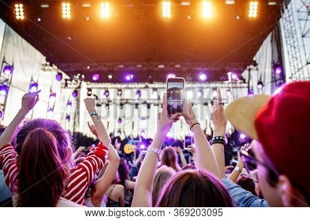 Stream Online Live Concert To Social Networks From Music Show.