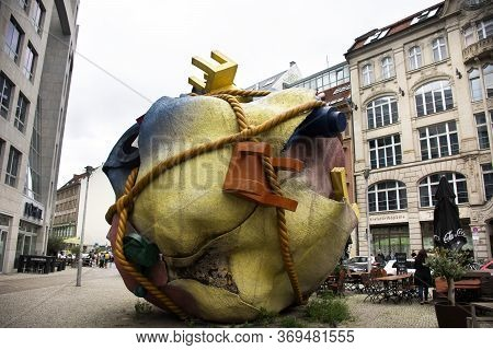 Creative Art Modern Statue For Show German People And Foreign Travelers Travel Visit At Berlin City