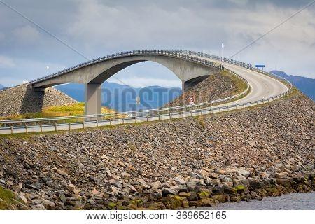 Storseisundet Bridge (norwegian: Storseisundbrua): Atlantic Highway (atlanterhavsveien). It Connects