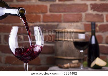 Copa de vino contra una pared de ladrillo