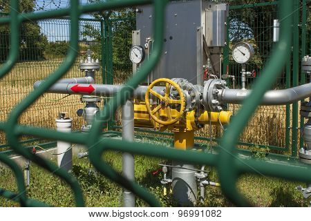 Checkpoint pipeline, pressure measurements and flow of natural gas.