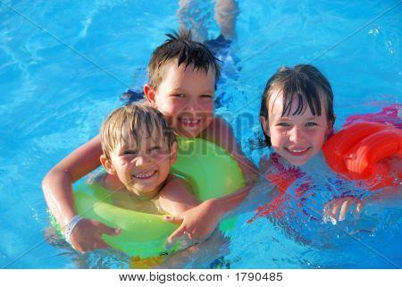 Drei Kinder im Pool