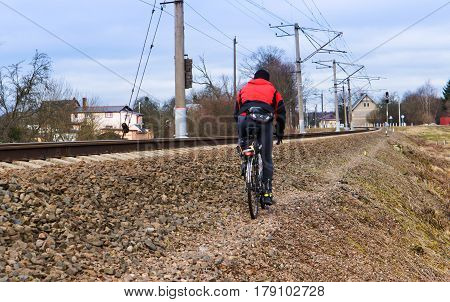 to go with the bike along the railway tracks on the mound speed