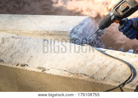 Concrete litterers use electric drill to extract concrete columns to the cutting line.