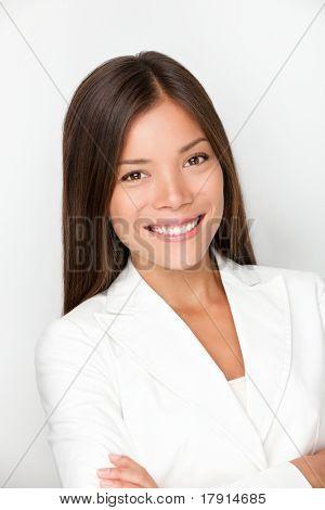 Jungen weiblichen professionellen Porträt. Gemischte Abstammung geschäftsfrau lächelnd. Junge Führungskraft in ihrem twentie