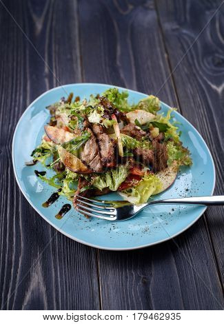 Veal medallions salad with apple pear and cheese