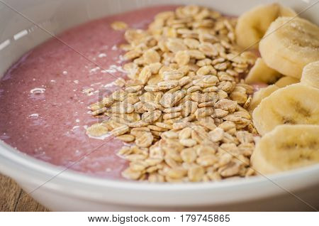 smoothies bowl close up with oats and bannana