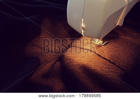 Clothing made of dark fabric and device for sewing seams / making clothes