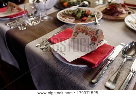 Elegant Wedding Reception Catering, Luxury Table Arrangement - Floral Greeting Card On Red Napkin Ne