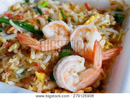 Pad Thai Noodles Shrimp / Stir Fried Noodles With Bean Sprouts Egg Spring Onion And Shrimp Cocktail