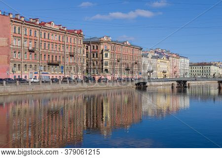 Sfint Petersburg, Russia - March 22, 2020: View Of The Fontanka River Embankment At Gorstkin Bridge