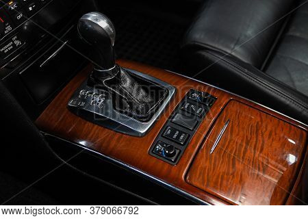 Novosibirsk/ Russia - July 26 2020: Infiniti Fx50, Close Up Of The Manual Gearbox Transmission Handl