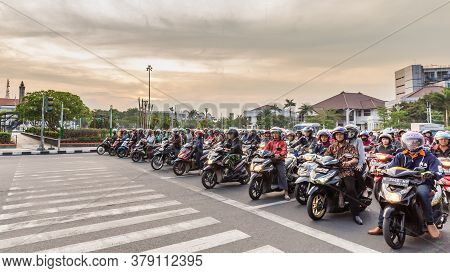 Semarang, Indonesia - October, 31, 2017: Scooters Waiting For A Traffic Light In The Center Of Semar