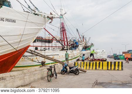 Jakarta, Indonesia - October, 28, 2017 Loading A Ship In The Old Harbor Sunda Kelapa Of Jakarta, Jav