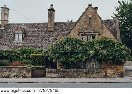 Broadway, Uk - July 07, 2020: Facade And Front Garden Of A Traditional Detached Limestone House In B